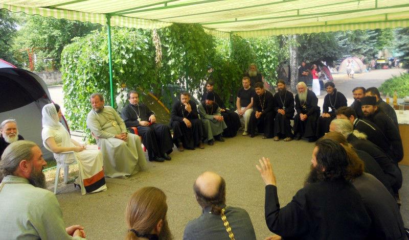 DSCN4497 800x470 ÎPS Mitropolit Vladimir a discutat cu creştinii care protestează în faţa Palatului Republicii